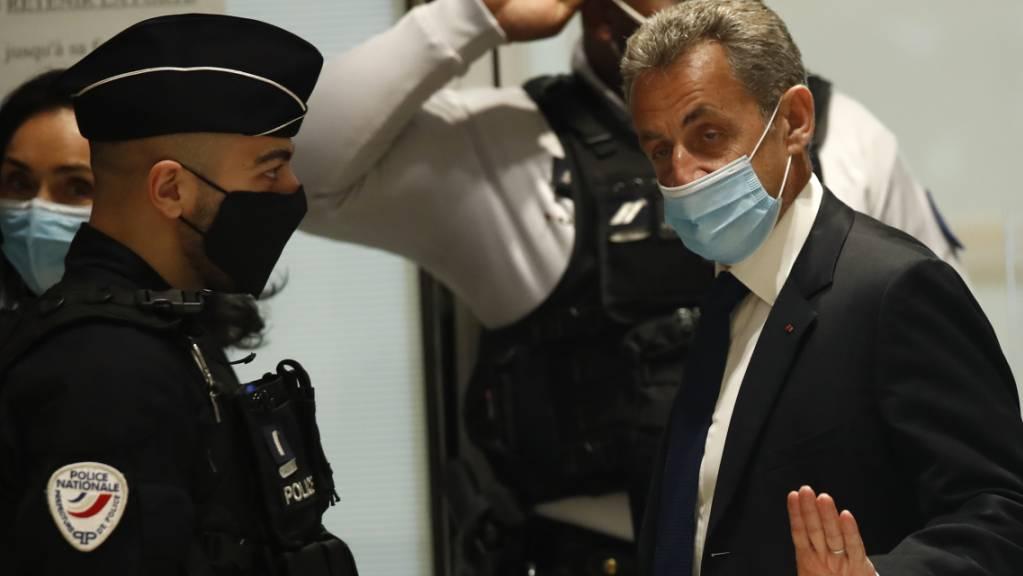 Nicolas Sarkozy, ehemaliger Präsident von Frankreich, trifft im Gerichtssaal ein. Im aufsehenerregenden Prozess gegen Frankreichs ehemaligen Präsidenten Sarkozy wird an diesem Montag das Urteil erwartet. Der 66-Jährige muss sich mit zwei weiteren Beschuldigten wegen mutmaßlicher Bestechung und unerlaubter Einflussnahme verantworten. Foto: Michel Euler/AP/dpa