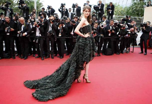 Julia Saner in Cannes auf dem roten Teppich