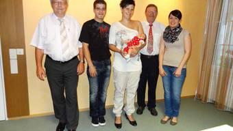 Gemeindeschreiber Schmid, Marc und Stephanie Sieber mit Tochter Zoe Kathleen, Gemeindeammann Mösch und Rahel Reber von der Einwohnerkontrolle Frick