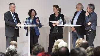 Sie diskutierten engagiert: Bildungsdirektor Alex Hürzeler, Christine Davatz (Vizedirektorin Schweizerischer Gewerbeverband), Moderatorin Christiane Büchli, Prof. em. Walter Herzog und Harald Ronge, Bezirkslehrer aus Bremgarten.