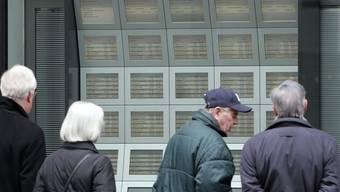 Passanten beobachten die Aktienkurse in Zürich (Archiv)