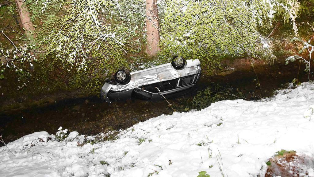 Das Auto mit den vier jungen Leuten rutschte zehn Meter den Hang herunter und stürzte dann drei Meter im freien Fall in den Bach.