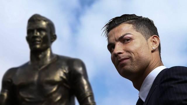 Cristiano Ronaldo einmal in Echt und einmal in Bronze