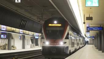 Einfahrender Zug im Bahnhof Löwenstrasse in Zürich