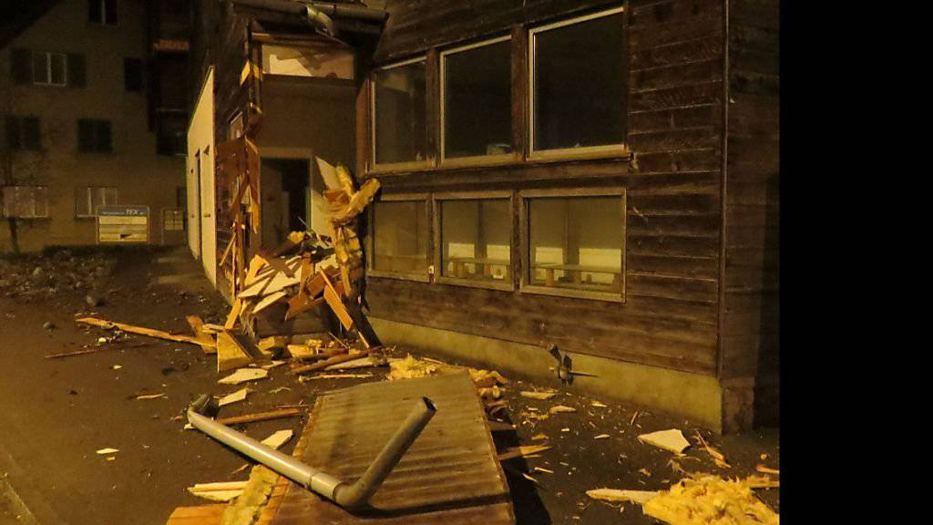 Ende einer Fahrerflucht: Die Trümmer lagen in Zetzwil auf rund 70 Metern verstreut, verletzt wurde niemand.