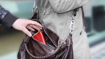 Das Opfer bemerkte den Taschendiebstahl schnell und wehrte sich (Symbolbild).