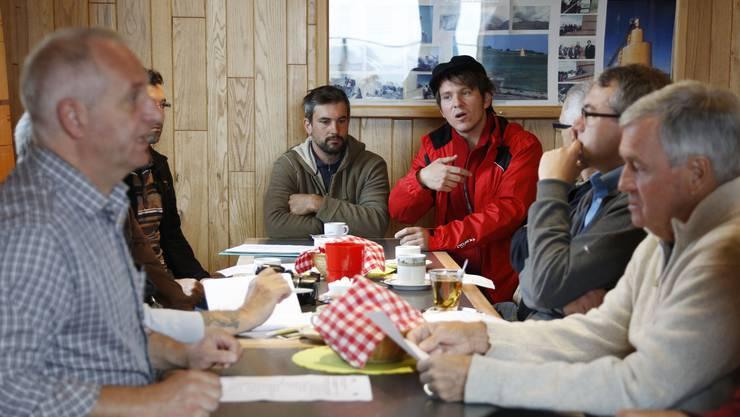 Initiant Oliver Schneitter informiert im Restaurant Obergrenchenberg über das Projekt