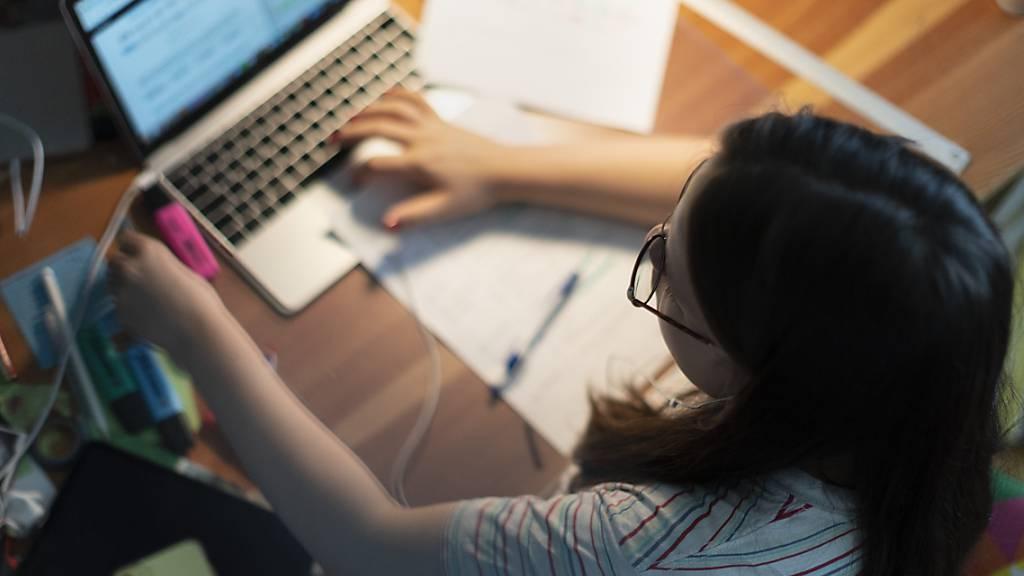 Ein Gymnasiastin lernt am Laptop im Homeschooling-Modus. Epidemiologe Marcel Tanner fordert, dass Gymischüler wieder in den Fernunterricht sollen. (Archiv)