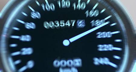 Wird die Geschwindigkeit in krassem Masse überschritten, wird der Führerausweis in der Regel bis zur Abklärung von allfälligen Ausschlussgründen vorsorglich auf unbestimmte Zeit entzogen – vielleicht sogar für immer. (Symbolbild)