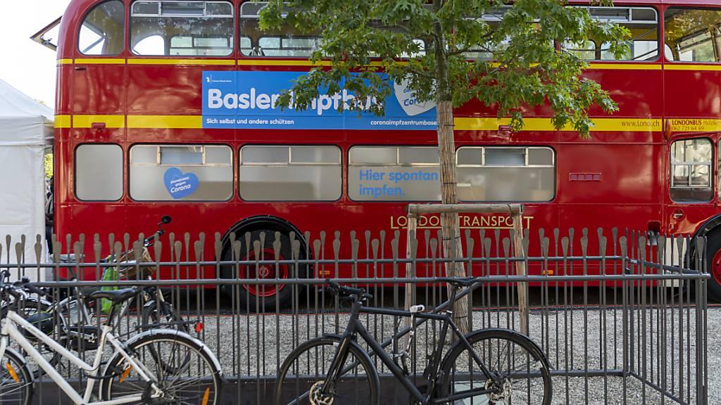 Der umgebaute doppelstöckige Impfbus in Basel ist vor allem bei Jugendlichen beliebt, eine der Zielgruppe der Impfkampagnen in den Kantonen. (Archivbild)