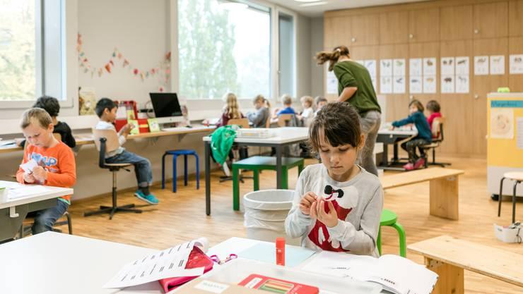 Viel Holz, viel Farbe, viel Platz: Das Raumkonzept passt sich den Bedürfnissen der Schülerinnen und Schüler an.