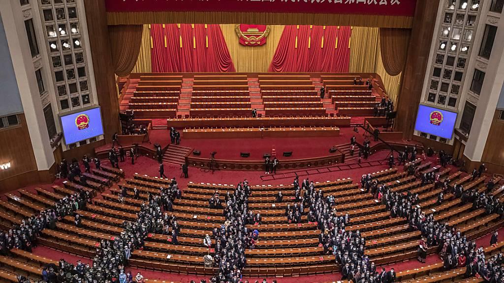 Der Nationale Volkskongress in Peking hat eine umstrittene Änderung des Wahlsystems in der chinesischen Sonderverwaltungsregion Hongkong gebilligt. Foto: Roman Pilipey/EPA Pool/AP/dpa