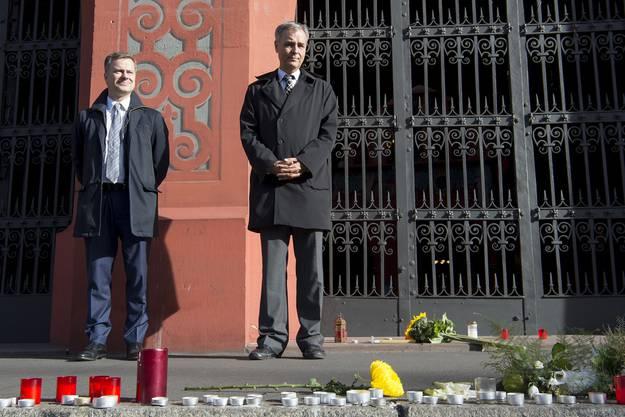 Regierungssprecher Marco Greiner und Regierungspräsident Guy Morin vor dem Rathaus.
