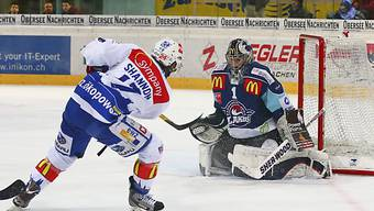 Lion Ryan Shannon (l.) scheitert an Lakers-Goalie Jonas Müller.