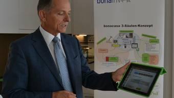 Bonacasa-Projektleiter Erwin Gugler präsentiert das 3-Säulen-Konzept und zeigt die Funktionen auf dem iPad.