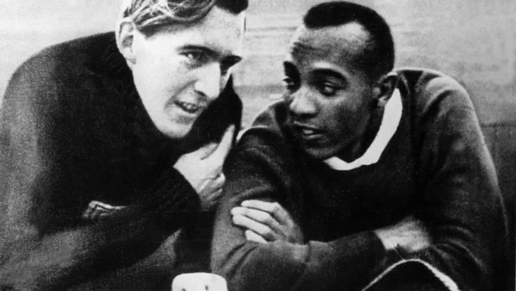 Jesse Owens (22), farbiger Sprinter und Weitspringer aus den USA, gewinnt vier Goldmedaillen. Vorgesehen war, dass die Arier-Rasse ihre sportliche Überlegenheit zeigt. Stattdessen zeigt sein Rivale Luz Long (mit 7,87 m Zweiter im Weitsprung) menschliche Grösse und umarmt den Sieger. Die gemeinsame Ehrenrunde dürfte den Führer geschmerzt haben. Long starb 1943 im Krieg.