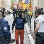 Nach der Explosion einer Paketbombe in Lyon fahndet die Polizei nach einem 30 bis 35 Jahre alten Mann. Der Verdächtige war von einer Überwachungskamera gefilmt worden.