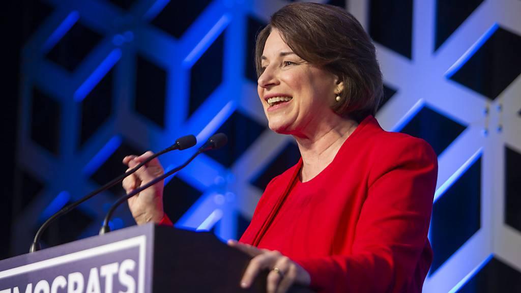 Die demokratische US-Senatorin Amy Klobuchar steigt laut US-Medien aus dem Präsidentschaftsrennen aus. (Archivbild)
