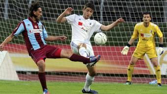 Bellinzonas Hakan Yakin (links) gegen Wohlens Alban Pnishi (Mitte) und Goalie Flamur Tahiraj