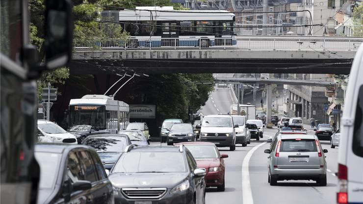Viel Verkehr auf der Rosengartenstrasse: Der Zürcher Kantonsrat hat am Montag die erste Hürde in Richtung Rosengartentunnel genommen. Archiv