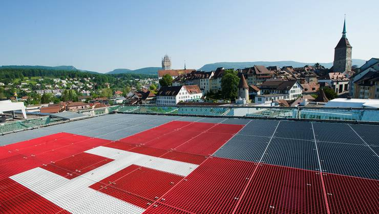 Der Helikopterlandeplatz der Hirslanden Klinik in Aarau mit Blick auf die Skyline der Kantonshauptstadt. Emanuel Freudiger
