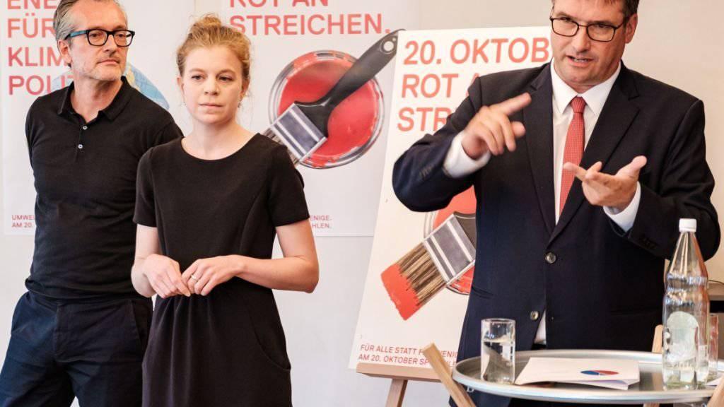 SP-Präsident Christian Levrat (rechts) und Wahlkampfleiterin Nadine Masshardt stellen die Wahlkampfplakate der SP vor.
