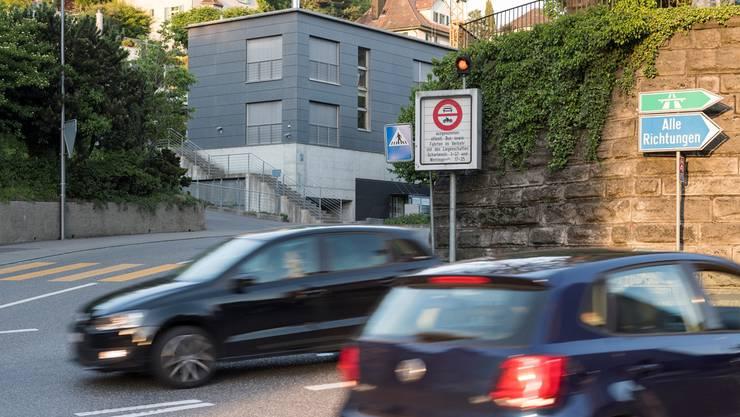 Die Schartenstrasse (hinten) bleibt nachts und sonntags für den Verkehr gesperrt.