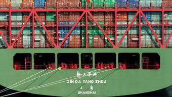 «Return to sender»: Undeklarierte Pakete in chinesischen Schiffscontainern sollen nicht in die Schweiz gelangen.
