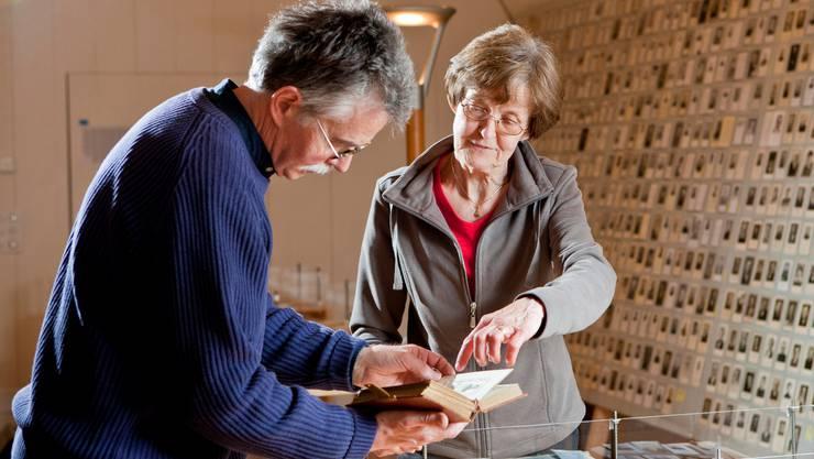 Gestalter Viktor Stampfli und Museumsleiterin Helene Büchler beim Aufbau der Ausstellung.  Peter Siegrist