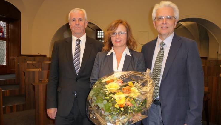 Hansjörg Brunner (l.) übergibt an die neue Präsidentin Bernadette Rickenbacher. Neu im Synodalrat ist zudem Gaetano Serrago.