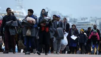 Im Athener Hafen von Piräus sitzen Tausende Flüchtlinge fest.