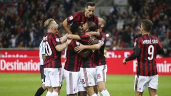 Hier feiern die Milanisti Ricardo Rodriguez als erfolgreichen Penaltytorschützen: Die AC Milan darf doch europäisch spielen