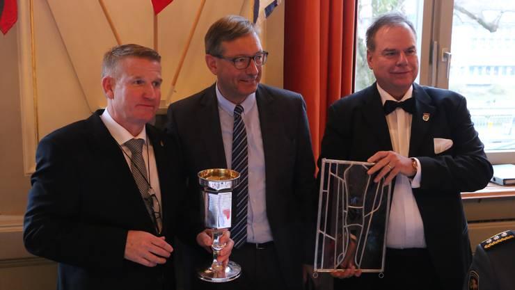 Im Beisein von Stadtschützen-Präsident Heinz Eng (rechts) trat Daniel Kämpfer (links) als Nachfolger von Josef Dittli das Amt des Bastianvaters an.