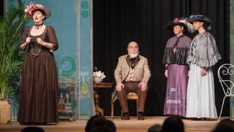 Theatergruppe Holderbank spielt die Komödie Die blaue Maus.