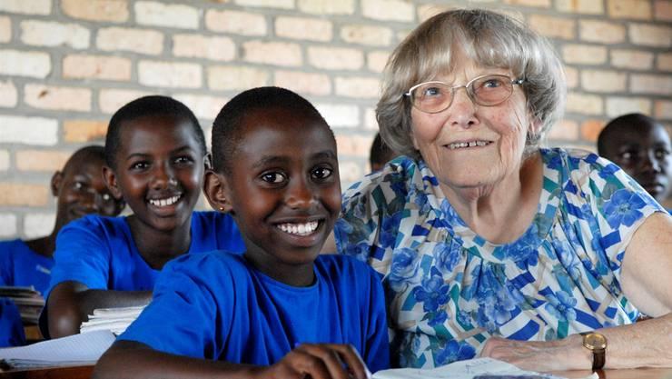 Margrit Fuchs mit Schülern in Ruanda im Jahr 2007 Alex Spichale