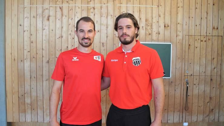 Simon Schelling (links) und Luigj Quni spielen im selben Handballclub und bringen Schülern ihren Sport näher.
