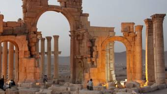 Säulen und Bögen in der antiken Oasenstadt Palmyra, bevor die Terrormiliz IS die Welterbestätte eroberte. Nachbildungen eines Tempelbogens aus Palmyra sollen im kommenden Jahr in New York und London ausgestellt werden. (Archiv)