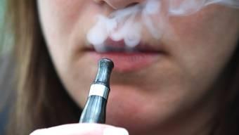 Wegen einer Gesetzeslücke sind derzeit Zigaretten für Minderjährige zwar verboten, E-Zigaretten jedoch nicht.