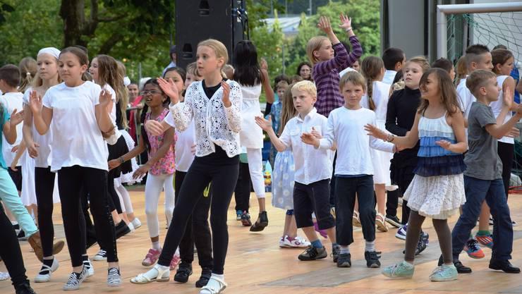 Tanzkurstänze von Unter- und Mittelstufe auf der Bühne der Schützenmatt-Wiese