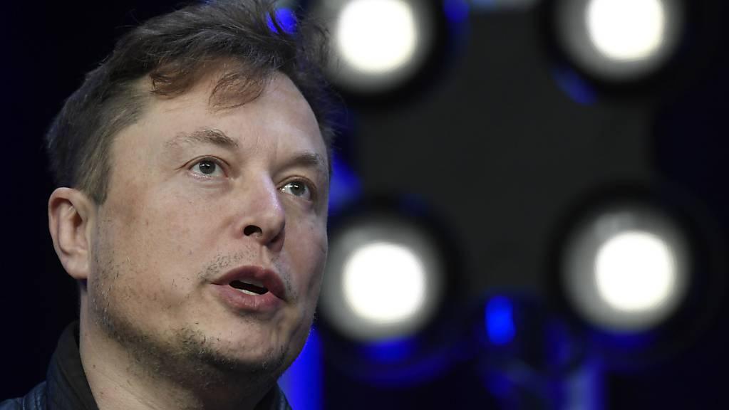 «Bisher verfügbare Datenaufzeichnungen zeigen, dass der Autopilot nicht aktiviert war», schrieb Tesla-Chef Elon Musk in der Nacht zum Dienstag bei Twitter. Es war die erste Reaktion aus dem Unternehmen auf den Unfall mit einem Tesla in Texas, bei welchem zwei Männer ums Leben gekommen sind.