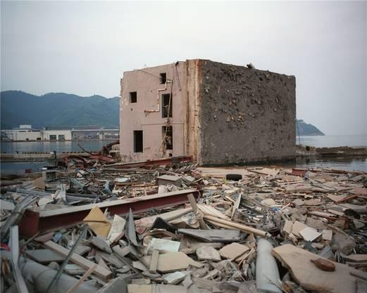 Umgestürzt: In Onagawa warf der Tsunami ein Haus auf die Seite.