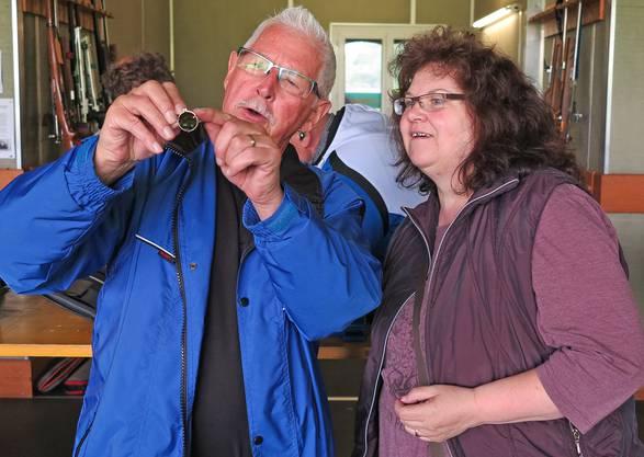Heinz Sollberger und Edith Linder inspizieren minutiös einen Farbfilter.