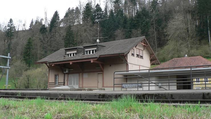 Das Bahnhofsgebäude und das Restaurant (im Hintergrund) auf dem Areal der Station Effingen sind seit Jahren unbewohnt.DVI/AZ-Archiv
