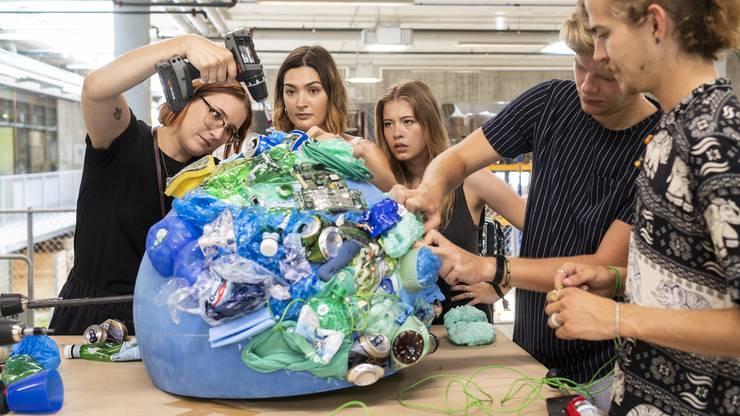 Der Klima-Zwingli etwa erhält eine Weltkugel aus Plastik.