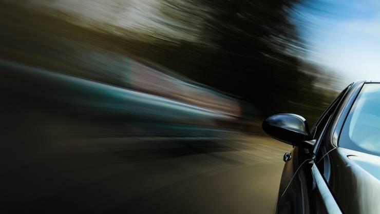 Ein 18-Jähriger ist am Samstagabend mit 141 Kilometern pro Stunde (km/h) statt der erlaubten 80 km/h in eine Verkehrskontrolle geraten. Er musste den Führerausweis, den er erst seit zehn Tagen bessas, auf der Stelle abgeben. (Symbolbild)