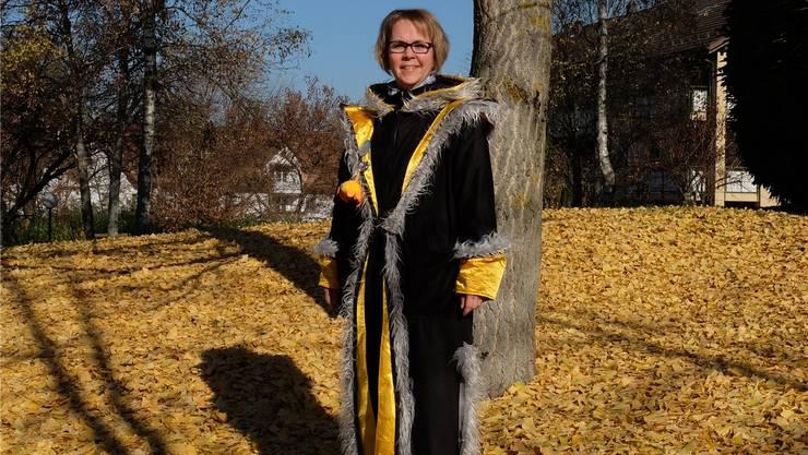 Corinne Florin draussen vor ihrer Wohnung in Urdorf. Ein neues Kostüm für das anstehende Jubiläumsjahr ist derzeit in Arbeit.