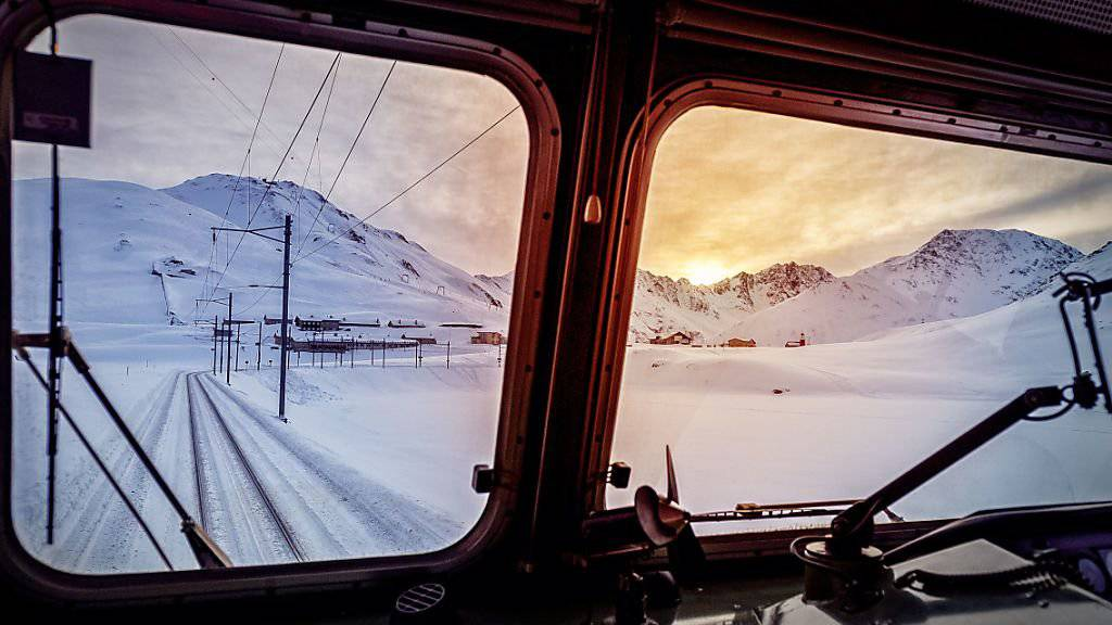 Führerstandsperspektive aus einer Lokomotive der Matterhorn-Gotthardbahn am Oberalppass. Hier war am Samstag bei einem Regionalzug aus Andermatt Schluss wegen einer technischen Panne.