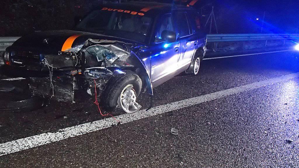 Glück hatte der Lenker dieses Autos auf der A1 bei Oberentfelden AG. Obwohl er auf die Gegenfahrbahn geriet, wurden beim Zusammenstoss mit einem entgegenkommenden Fahrzeug zwei Personen nur leicht verletzt.