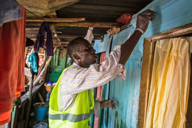 Ein Helfer untersucht Gebäude
