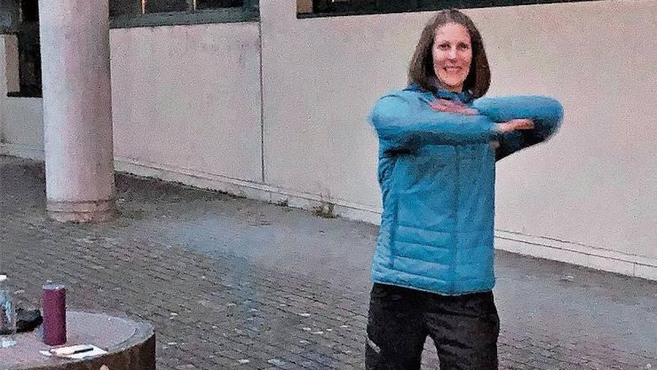 Die Lengnauerin Michèle Berger zeigt eine Übung.
